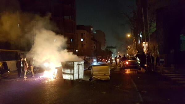 Manifestantes tomam as ruas de Teerã há três dias.