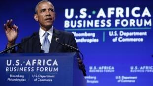 El presidente Obama anunció inversiones millonarias en África y urgió a los líderes del continente a mejorar el ambiente para los negocios y detener la corrupción.