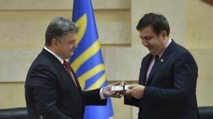Le 30 mai 2015, le président ukrainien Petro Porochenko (g) nommait Mikheïl Saakachvili (d), gouverneur de la province russophone d'Odessa.