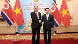 Ngoại trưởng Việt Nam Phạm Bình Minh (P) tiếp đồng nhiệm Bắc Triều Tiên Ri Yong Ho (T) tại Nhà khách Chính phủ, Hà Nội, ngày 30/11/2018.