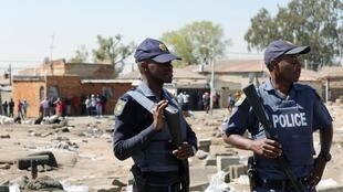 Patrouille de police dans les rues du township d'Alexandra, à Johannesburg, le 3 septembre 2019, après plusieurs jours d'émeutes xénophobes.