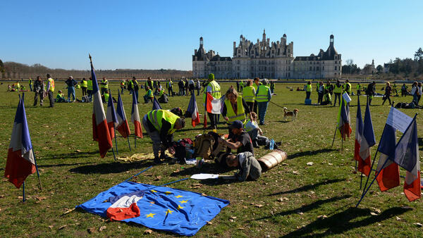 Yellow Vest protesters have a picnic at Chambord chateau, 23 February 2019.