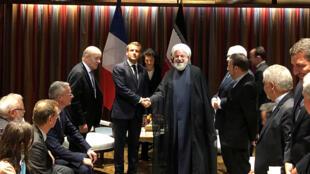 Tổng thống Pháp Emmanuel Macron (T) bắt tay đồng nhiệm Iran, Hassan Rohani trong cuộc gặp bên lề phiên họp Đại Hội Đồng LHQ, tại New York, Mỹ ngày 23/09/2019.