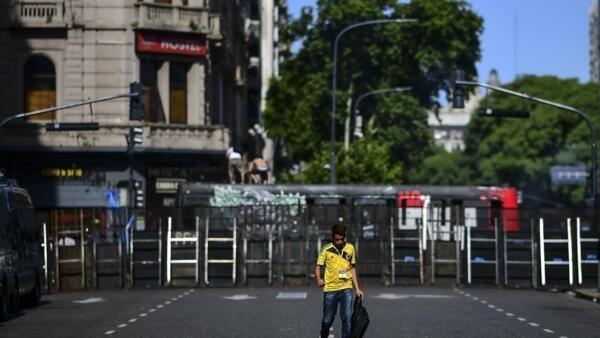 Homem caminhas nas imediações do Congresso argentino, em Buenos Aires em 19 de dezembro.