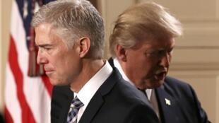 O juiz Neil Gorsuch em primeiro plano, à frente de Donald Trump.