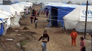 Crianças brincam em campo de refugiados nos arredores de Irbil, no Curdistão iraquiano.