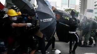 Người biểu tình Hồng Kông đụng độ với cảnh sát tại Nguyên Lãng (Yuen Long) ngày 27/07/2019.