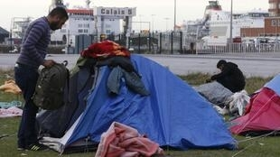 Syrian asylum seekers set up their shelter for the night at the harbour in Calais, 4 October, 2013