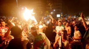 Les fans algériens célèbrent la victoire de leur équipe à la CAN, à Alger, le 19 juillet 2019.