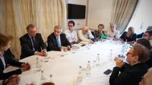 w980-p16x9-presidente_argentino_recebe_organizacoes_de_diretos_humanos_em_paris._credito_ministerio_da_justica_da_argentina