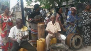 Des anciens agents de l'ex-ONPT en plein concert de casseroles, le 3 janvier 2020, à Brazzaville.