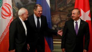 Ngoại trưởng Nga Sergueil Lavrov (G), đồng nhiệm Iran Javad Zarif (T) và Thổ Nhĩ Kỳ Mevlut Cavusoglu sau cuộc họp bàn về Syria, Matxcơva, ngày 28/04/2018