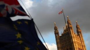 Des drapeaux flottent devant le Parlement, à Londres, le 4 septembre 2019.