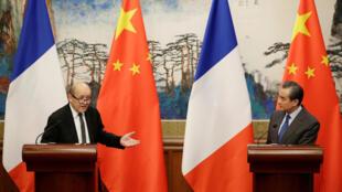Ngoại trưởng Pháp Jean-Yves le Drian và đồng nhiệm Trung Quốc Vương Nghị trong cuộc họp báo tại Bắc Kinh, ngày 24/11/2017.