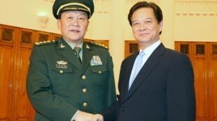 លោក Liang Guanglie (រូបខាងឆ្វេង) រដ្ឋមន្រ្តីការពារជាតិចិន និង Nguyen Tan Dung នាយករដ្ឋមន្រ្តីវៀតណាម