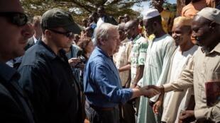 Secretário-geral da ONU, António Guterres cumprimenta deslocados muçulmanos num campo de Bangassou, sudeste da RCA, a 26 de Outubro de 2017.