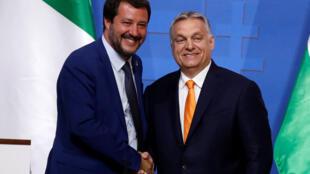 De g. à dr. : le Premier ministre italien, Matteo Salvini, et le Premier ministre Hongrois, Viktor Orban, durant leur conférence de presse commune, à Budapest, le 2 mai 2019.