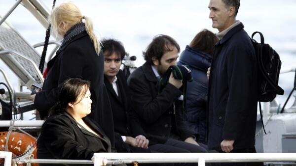 Familiares de passageiros desaparecidos do navio Costa Concordia acompanham o trabalho de procura por vítimas.