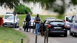 Polícia faz operação em Oullins, no sul de Lyon, onde morava o autor do atentado de 24 de maio (Foto da segunda-feira, 27 de maio de 2019).
