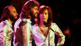 Maurice Gibb, Barry Gibb et Robin Gibb des Bee Gees sur scène, pour le concert Unicef A Gift of Song, le 9 janvier 1979, à New York.