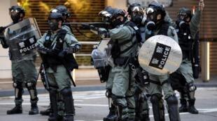 Cảnh sát chống bạo động trong ngày Tuần Hành vì Nhân Quyền, tại Hồng Kông, ngày 08/12/2019