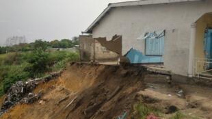 Des pans d'une maison détruite par une érosion au quartier Itsali à Brazzaville