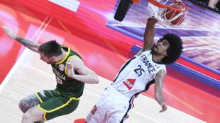 Le Français Louis Labeyrie dunkant sur un Australien lors du match pour la 3e place de la Coupe du monde 2019 de basket-ball en Chine.