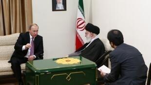 Le président russe Vladimir Poutine en plein échange avec le Guide suprême iranien Ali Khamenei, à Téhéran le 23 novembre.