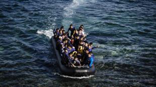 Refugiados e migrantes chegando à ilha grega de Lesbos a 18 de Outubro de 2015.