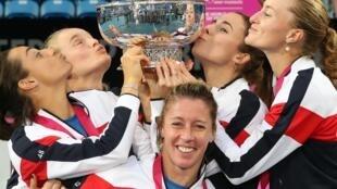 Les Françaises soulèvent et chérissent le trophée de la Fed Cup 2019 après leur victoire contre l'Australie, le 10 novembre 2019.