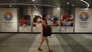 Les affiches pour la candidature des jeux d'été 2020 dans une station de métro à Tokyo, le 8 septembre 2013.