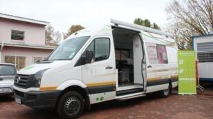Une camionnette prête à tester des habitants du quartier de Yeoville, dans le centre de Johannesbourg.