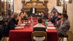 Dans la salle Mounet Sully de la Comédie Française, les comédiens ont joué la lecture d'«Un Misanthrope» d'après «Le Misanthrope».