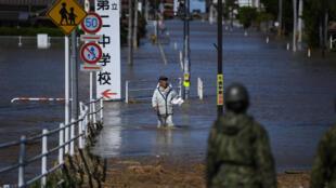 Mang thức ăn phân phát cho những người dân bị kẹt trong lũ do trận bão Hagibis ở Shibata, Miyagi (Nhật) ngày 13/10/2019.