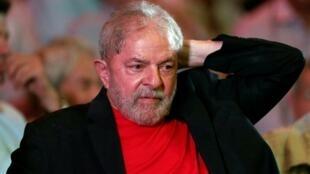 Lula aguarda para discursar em encontro de apoio à sua candidatura à presidência, dia 18 de janeiro de 2018, em São Paulo.