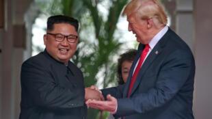 O Presidente norte-americano e o líder norte-coreano deram um aperto de mão histórico em Singapura.