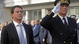 Глава МВД Франции Манюэль Вальс (на фото - слева)