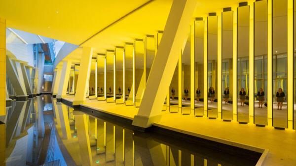 Colunas e espelhos do artista Olafur Eliasson.
