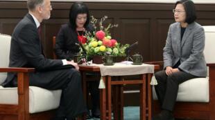 总统蔡英文(右)2020年1月12日在总统府接见美国在台协会台北办事处处长酈英杰(William Brent Christensen)(左),蔡总统说,台美之间已从双边伙伴关係,升级為全球合作伙伴,未来会不断加强台美在全球议题合作。
