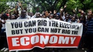 Des partisans du mouvement d'opposition zimbabwéen MDC Alliance défilent dans les rues de la capitale Harare, le 29 novembre 2018, pour protester contre la situation économique du pays et la gouvernance du président Emmerson Mnangagwa.
