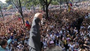 O líder da oposição venezuelana, Leopoldo López, no meio da multidão.