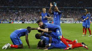 Los jugadores franceses festejan el tanto de Antoine Griezmann durante el Francia - Islandia de la Eurocopa 2016.