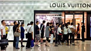 中國遊客在巴黎。