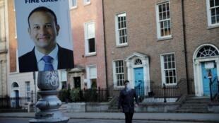 Une affiche de campagne du chef du parti Fina Gael et actuel Taoiseach irlandais (Premier ministre) Leo Varadkar, à Dublin, 5 février 2020.