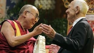 """Stéphane Hessel with the Dalai Lama, with whom he published a book declaring """"Let's declare peace!"""""""