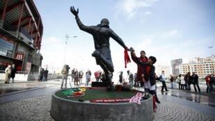 Torcedores depositam flores no monumento em homenagem a Eusébio diante do Estádio da Luz em Lisboa neste domingo, 5 de janeiro de 2014.
