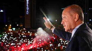 El levantamiento programado del régimen de excepción llega menos de un mes después de las elecciones ganadas por Recep Tayyip Erdogan.