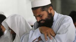 Мужчина оплакивает покойного лидера «Талибана» муллу Омара