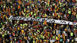 """Milhares de pessoas se reuniram nas ruas de Barcelona na """"Diada"""", o dia da Catalunha."""