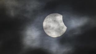 Eclipse solar visto de Bridgwater, sul da Inglaterra.
